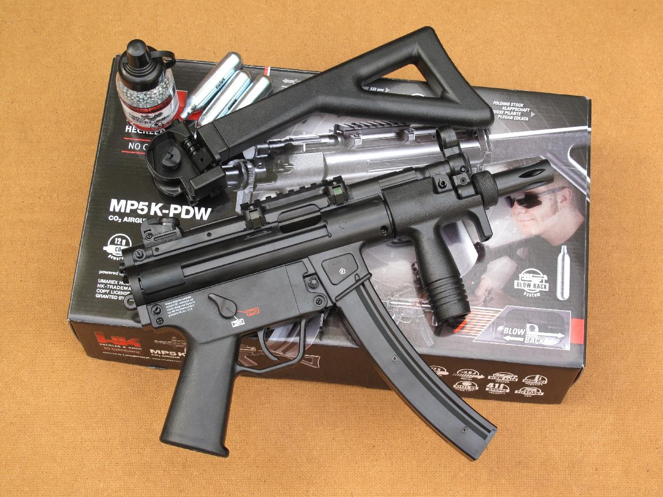 Cette réplique de pistolet mitrailleur, fabriquée par la firme allemande Umarex, fonctionne en mode semi-automatique au moyen d'un chargeur contenant 40 billes de calibre 4,5 mm BB, la propulsion étant assurée par une cartouche de 12 g de gaz carbonique liquide (CO2).