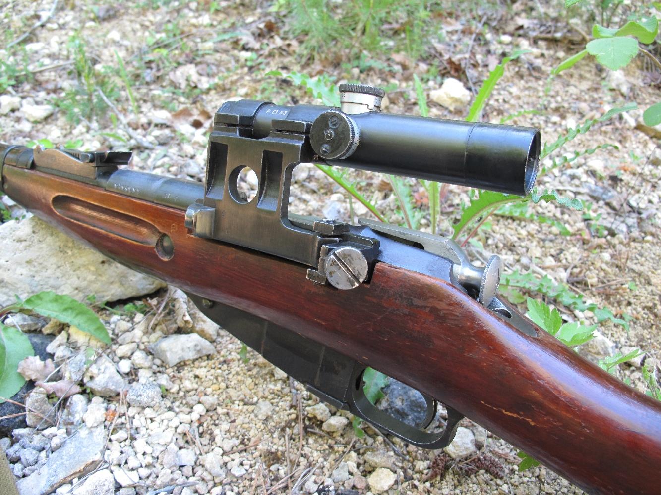 Le fusil de tireur d'élite est muni d'une courte lunette PU à grossissement 3,5 fois, solidement fixée sur le côté gauche du boîtier de culasse. L'installation de cette visée optique, qui sera en service de 1942 à 1963, implique le renforcement du boîtier de culasse et l'adoption d'un levier de manœuvre allongé et coudé.