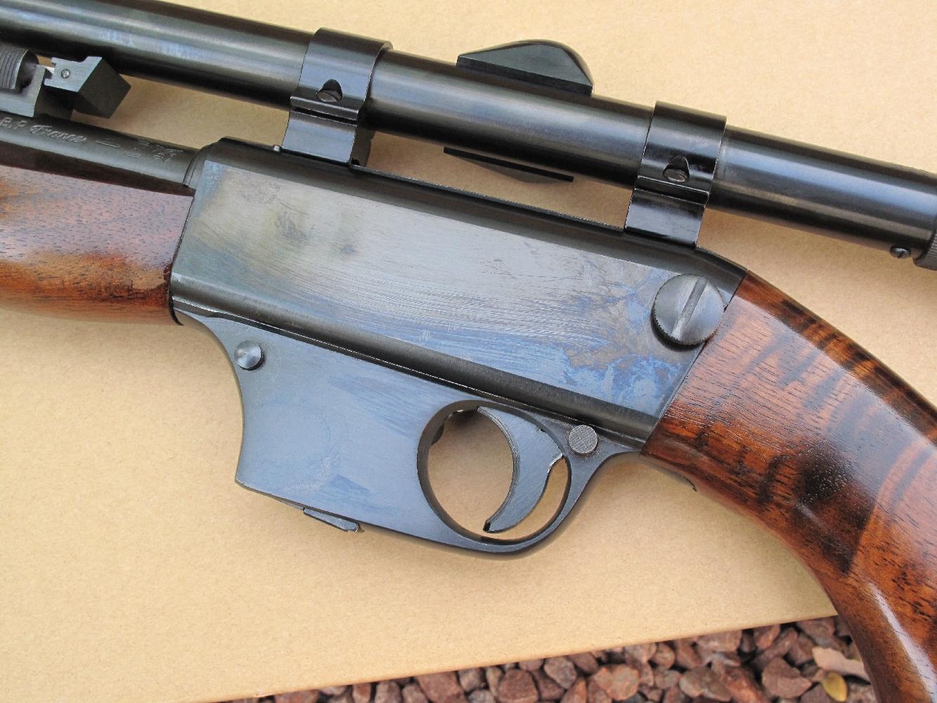 La carabine Unique X51-Bis est un modèle instantanément démontable : il suffit pour cela de desserrer la vis imperdable dont la tête, directement accessible sur le côté gauche du boîtier de culasse, se présente sous la forme d'un gros bouton moleté.