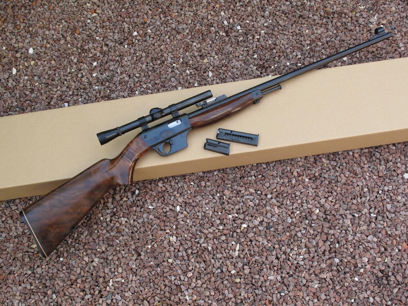 Cette carabine Unique X51-Bis fabriquée en 1983 est équipée d'une lunette grossissante d'époque, de marque Weaver, modèle Marksman 3/4 pouce 4x (équivalent : 4 x 19).