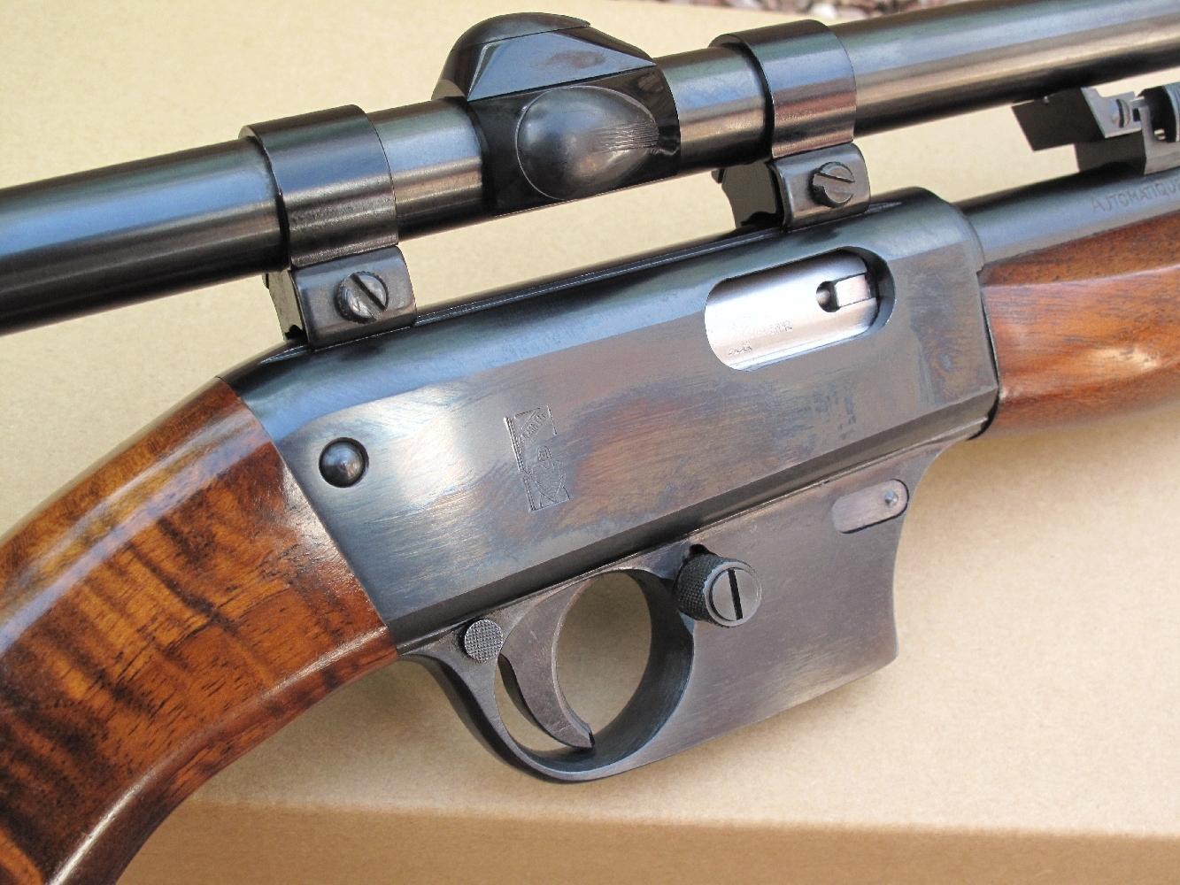 Cette carabine semi-automatique est alimentée par des chargeurs amovibles de 5 ou 10 coups.