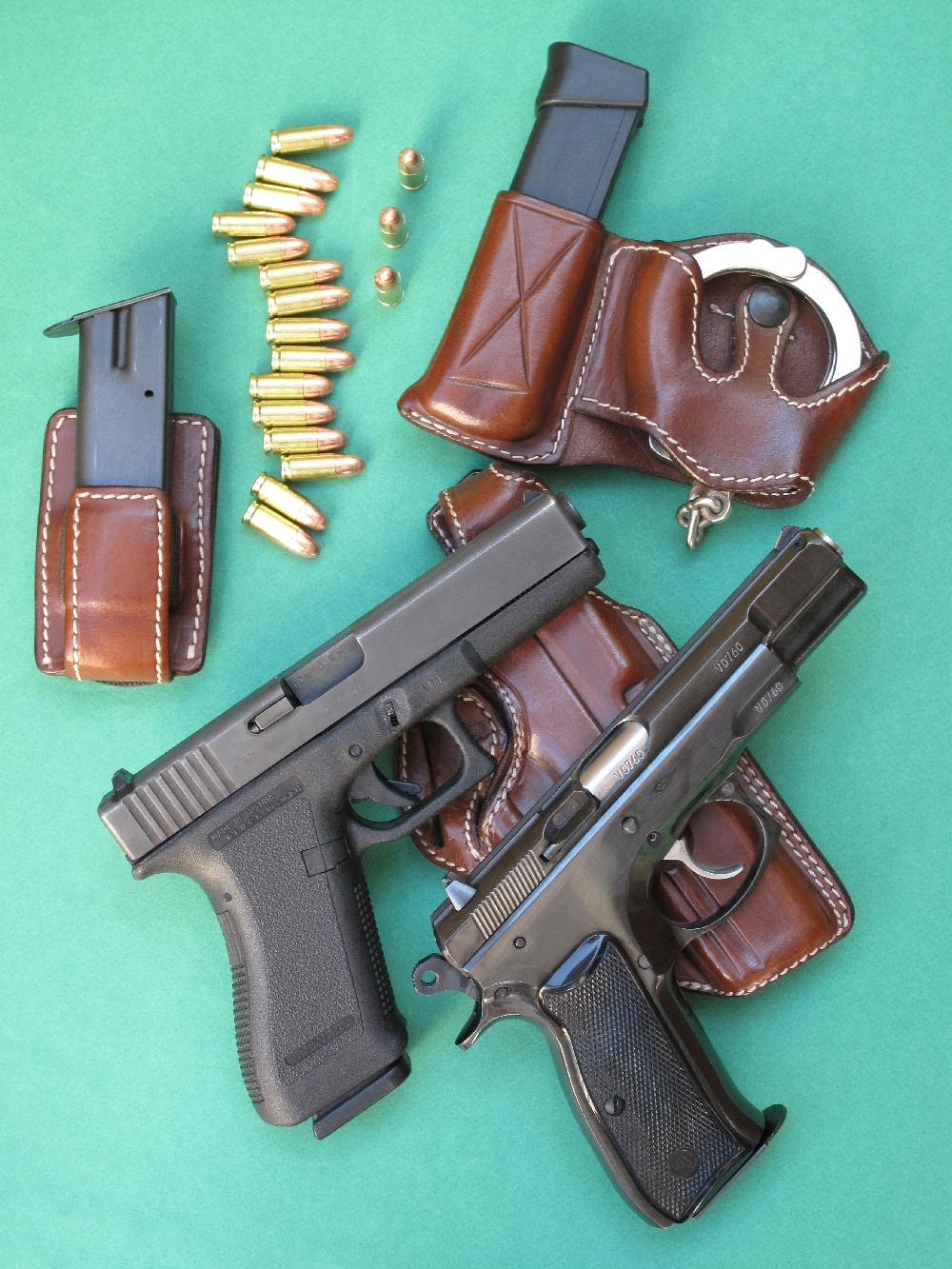 Nous avons délibérément choisis pour ce banc d'essai deux armes qui avaient déjà connu une longue période d'utilisation : un CZ-75 de 1994, reconnaissable à son superbe bronzage bleu-noir brillant et un Glock de 1996 (Génération 2), reconnaissable à sa carcasse démunie de rail Picatinny.