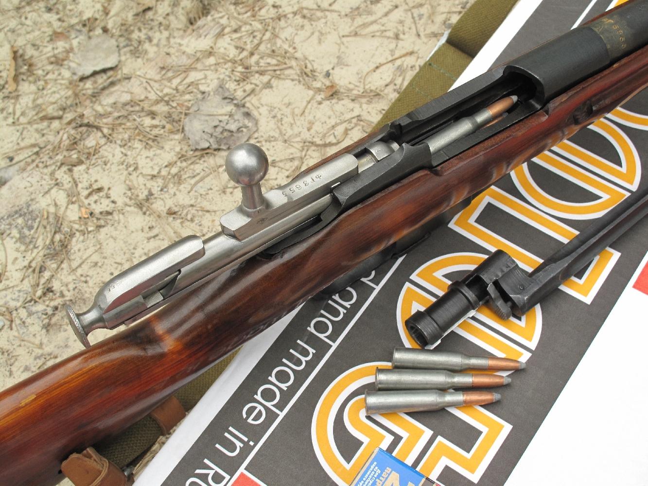 Nous avons testé la précision de ce fusil à 100 m sur 10 coups, avec des cartouches russes Barnaul à balle de 203 grains, en réalisant tour à tour deux groupements de cinq coups avec et sans la baïonnette fixée au bout du canon.