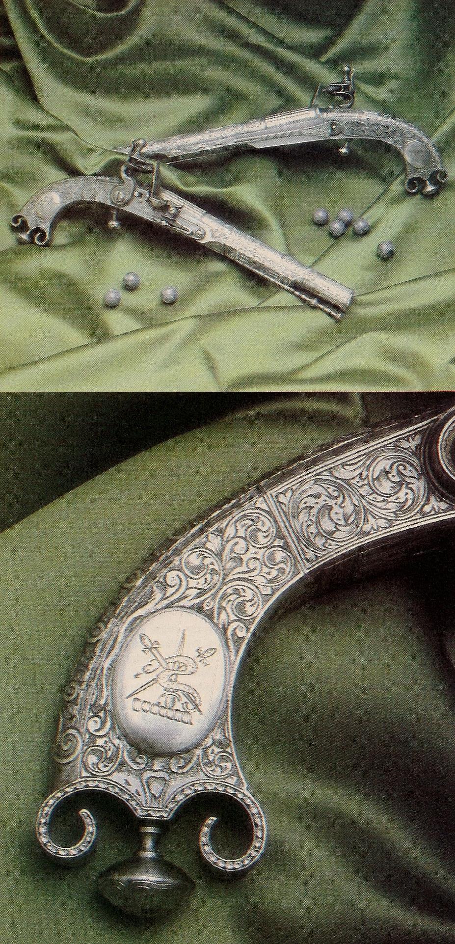 Superbement reproduite par la firme italienne Aldo Uberti, cette copie du pistolet « Murdoch » se démarque notamment par sa monture en acier finement gravée et sa poignée en « corne de bélier », typique des pistolets des Highlands, ornée d'un médaillon en argent gravé d'un motif héraldique.