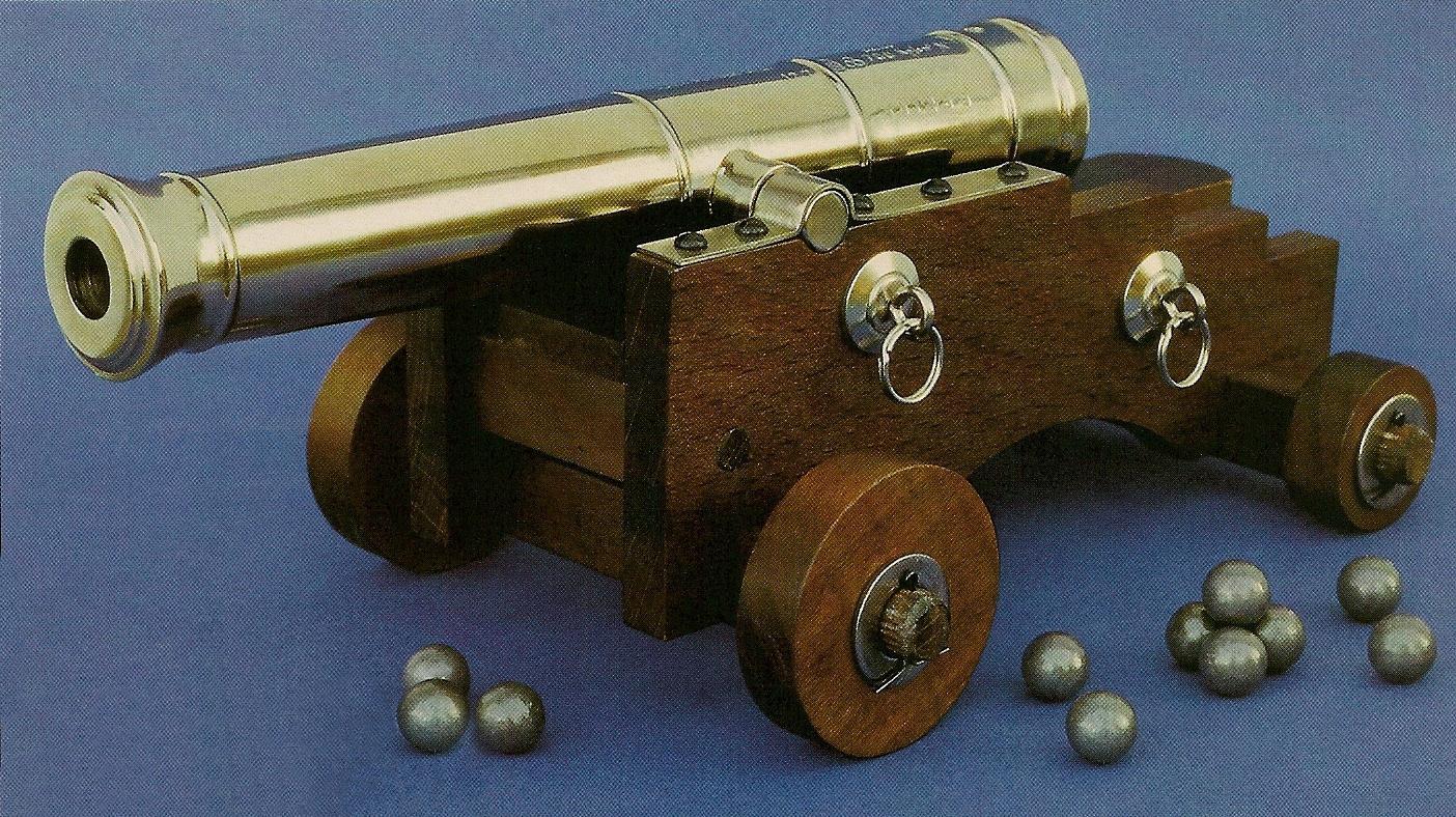 Le profil en escalier des flasques de l'affût, caractéristique des canons de marine, servait d'appui pour soulever la partie arrière du tube à l'aide de leviers pendant que le chef de pièce effectuait le pointage.