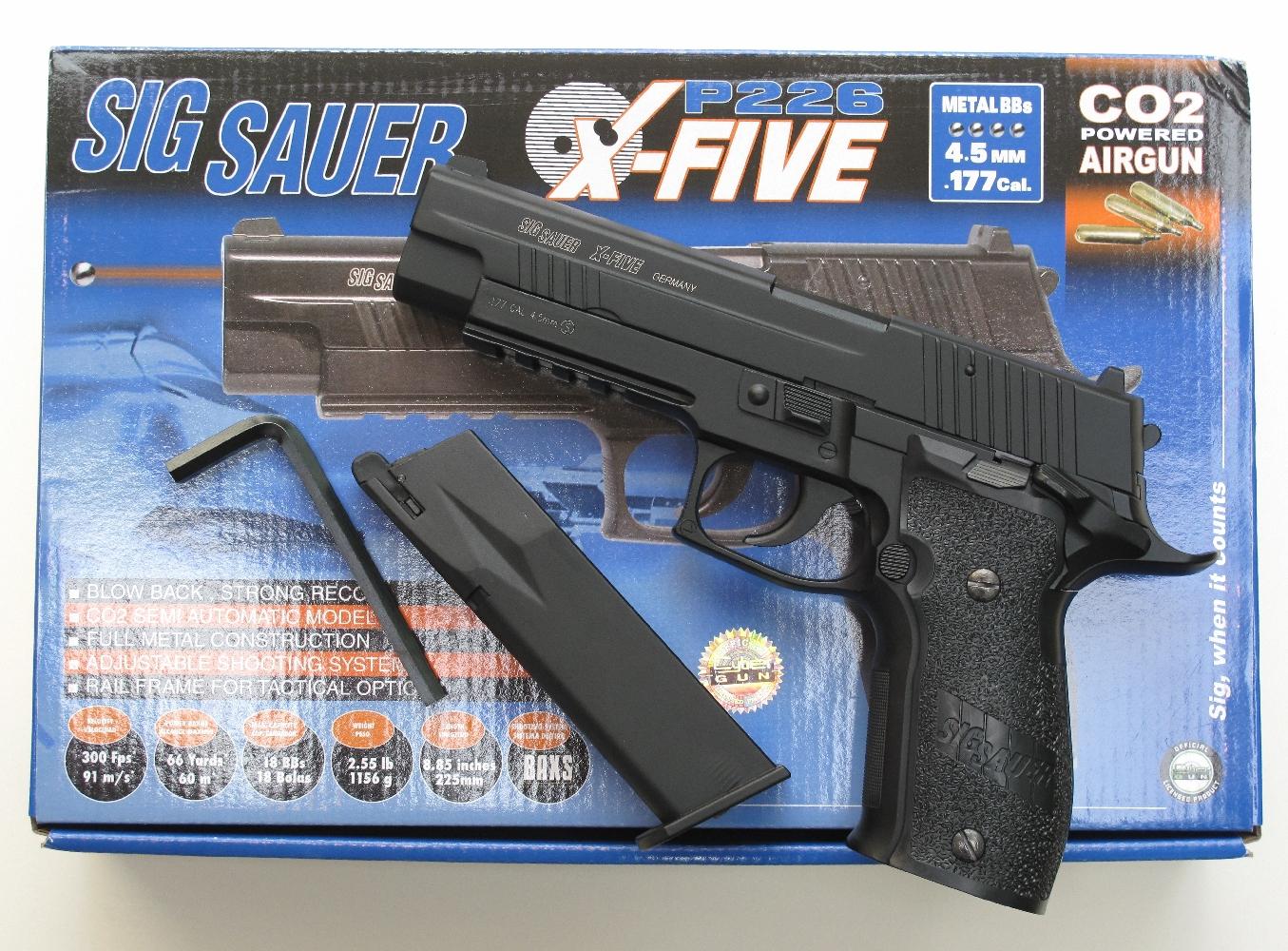 Cette reproduction du Sig-Sauer P226 « X-Five » dispose d'une lourde culasse en métal qui, grâce à son système « Blowback », recule au départ du coup pour procurer au tireur une impression de recul et de relèvement au réalisme assez convaincant.