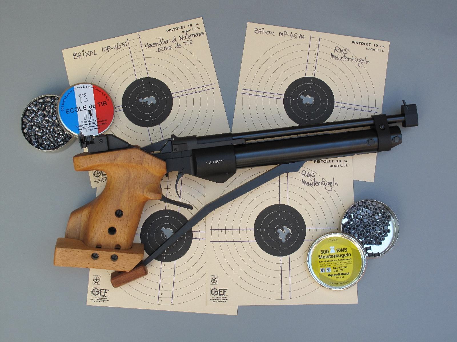 Le pistolet que nous avons testé, accompagné de nos cibles tirées sur appui à la distance de dix mètres.