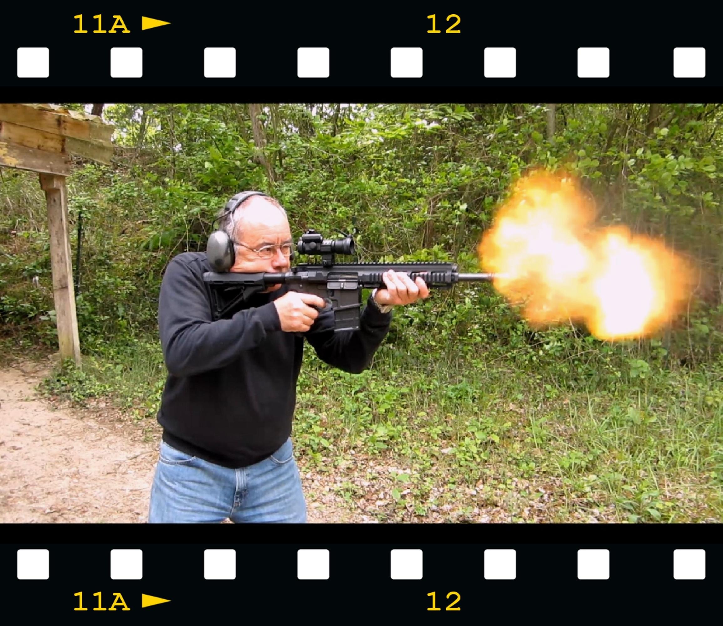 Le canon court dont est muni le modèle que nous avons testé favorise l'apparition d'une impressionnante flamme à la bouche, causée par la poudre dont une partie brûle à l'air libre. L'arme est dotée d'un frein de bouche qui est destiné à diminuer le relèvement, grâce à des évents ouverts vers le haut, mais n'a pas fonction de cache-flamme. L'éclair, que la vidéo permet parfois de saisir, a une durée très brève, de l'ordre du centième de seconde.