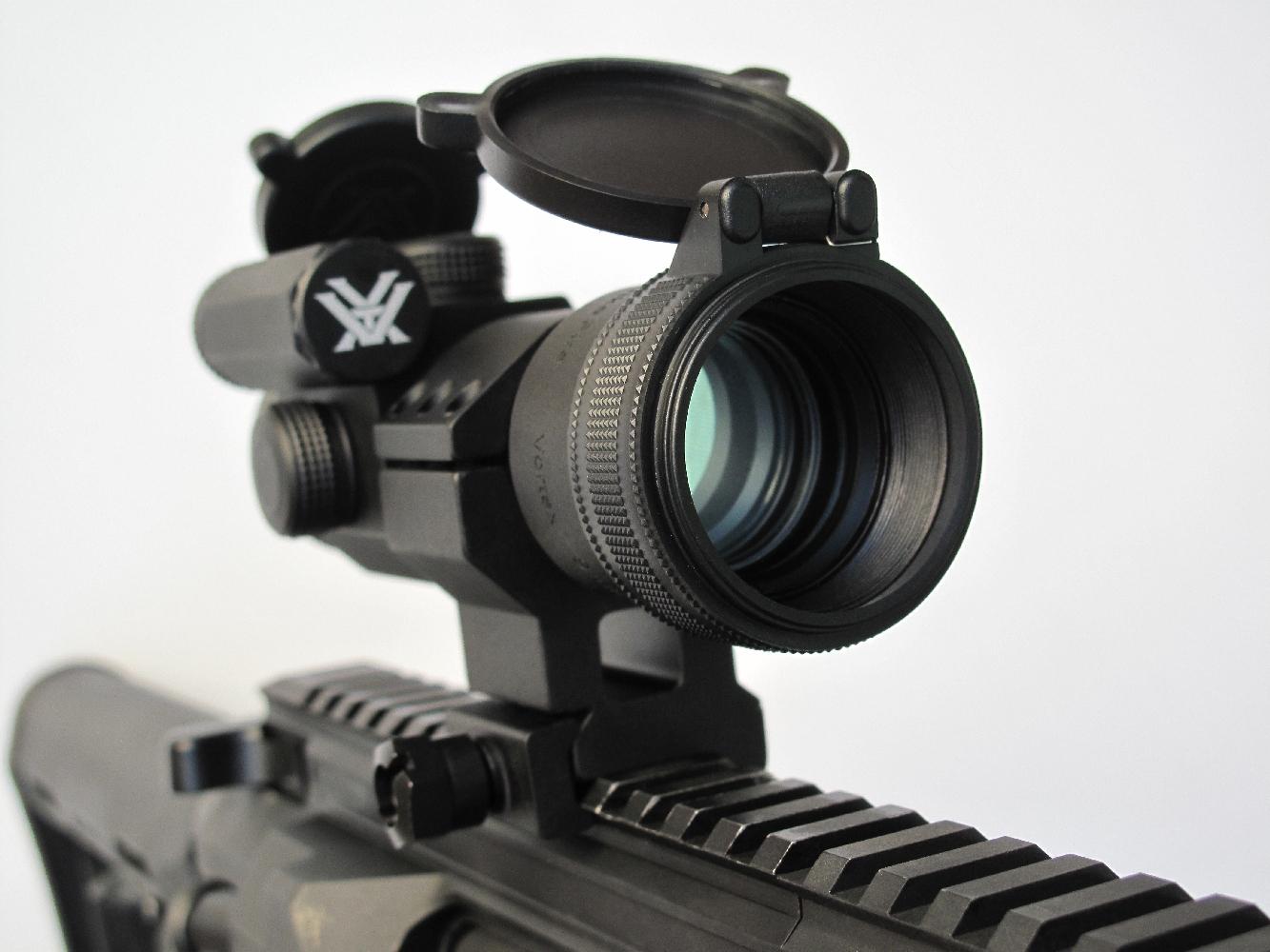 Nos tirs dynamiques, à 20 et 45 m, ont été réalisés en équipant l'arme d'un viseur Vortex « Strike Fire », un modèle sans grossissement qui permet une acquisition rapide de la cible grâce à son point lumineux dont la couleur (rouge ou vert) et l'intensité sont réglables.