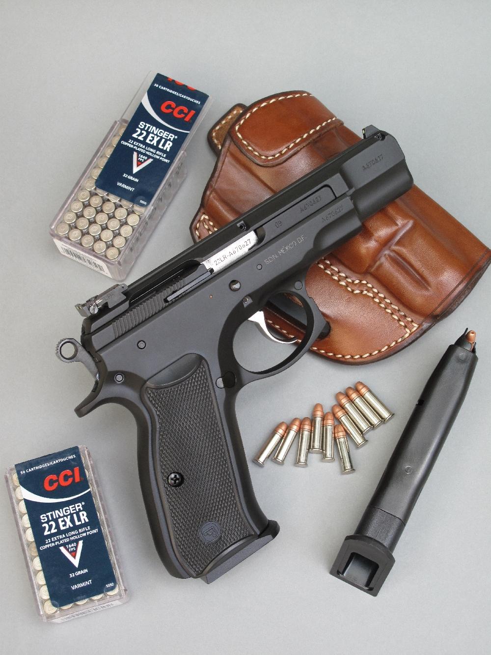 Le pistolet CZ-75 Kadet est ici accompagné par son chargeur de secours, deux boîtes de cartouches CCI Stinger et un holster en cuir réalisé par le sellier français Jean-Marie Chardin.