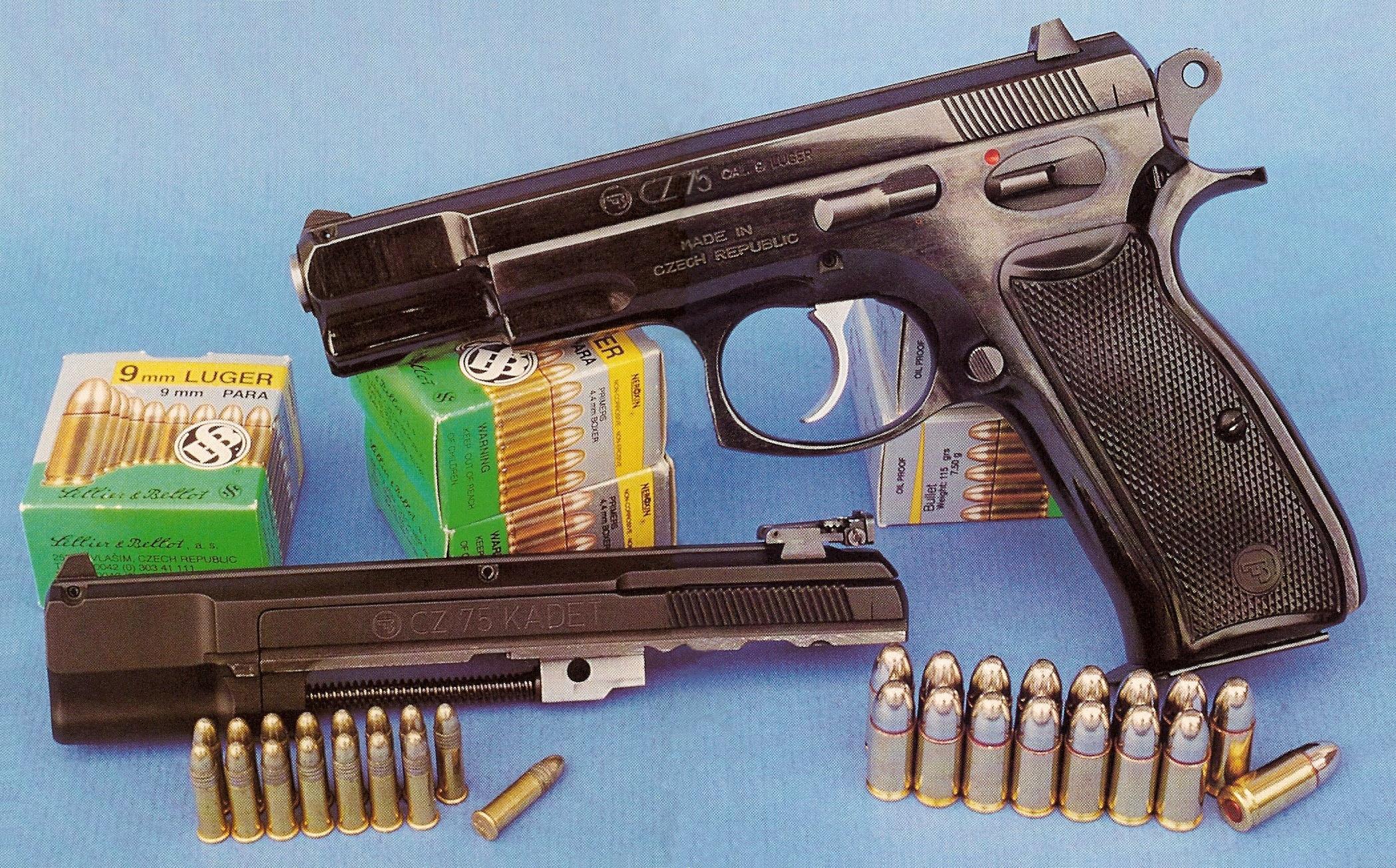 Le pistolet CZ 75 en calibre 9 mm Parabellum, accompagné par sa conversion CZ 75 Kadet en calibre .22 Long Rifle.