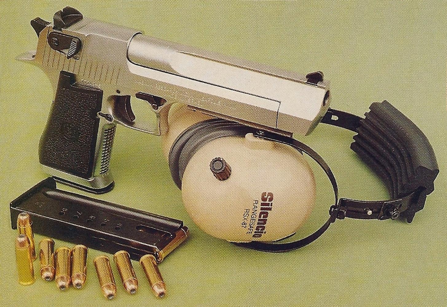 Son chargeur accueille 8 cartouches de calibre .44 Magnum emmagasinées sur une simple pile, ce qui porte la capacité de l'arme à 9 coups (avec une cartouche préalablement chambrée).
