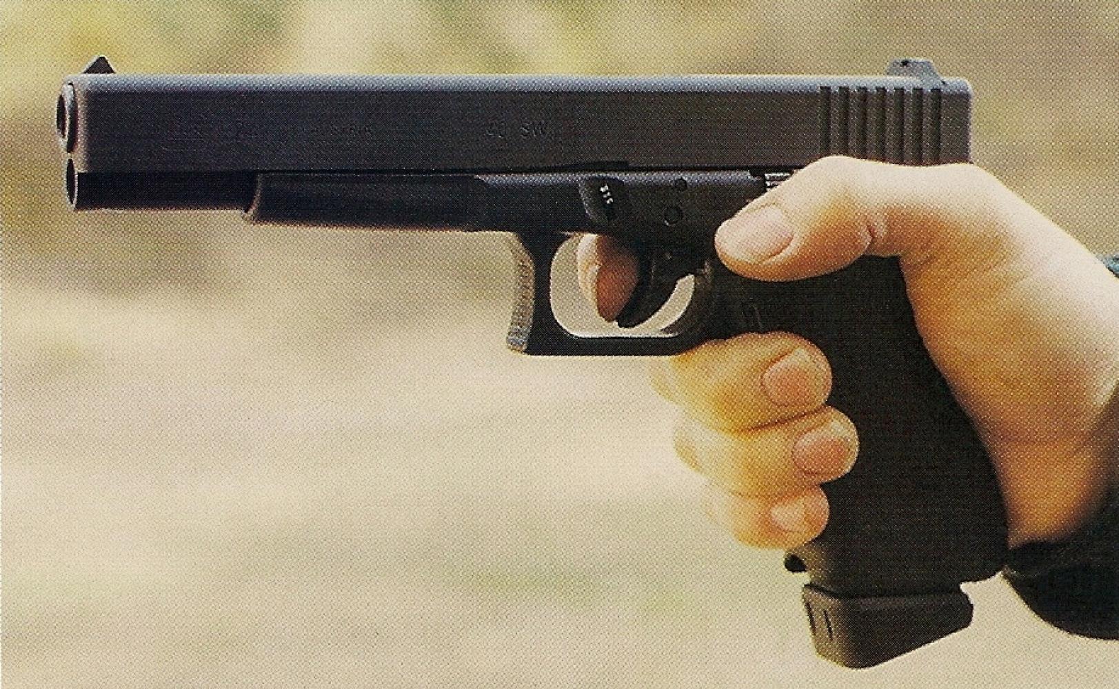 Les dimensions de la poignée du Glock 24 étant strictement identiques à celles du modèle 17, la prise en main est excellente. L'arme est ici munie d'un chargeur à talon proéminent d'une contenance de 17 cartouches.