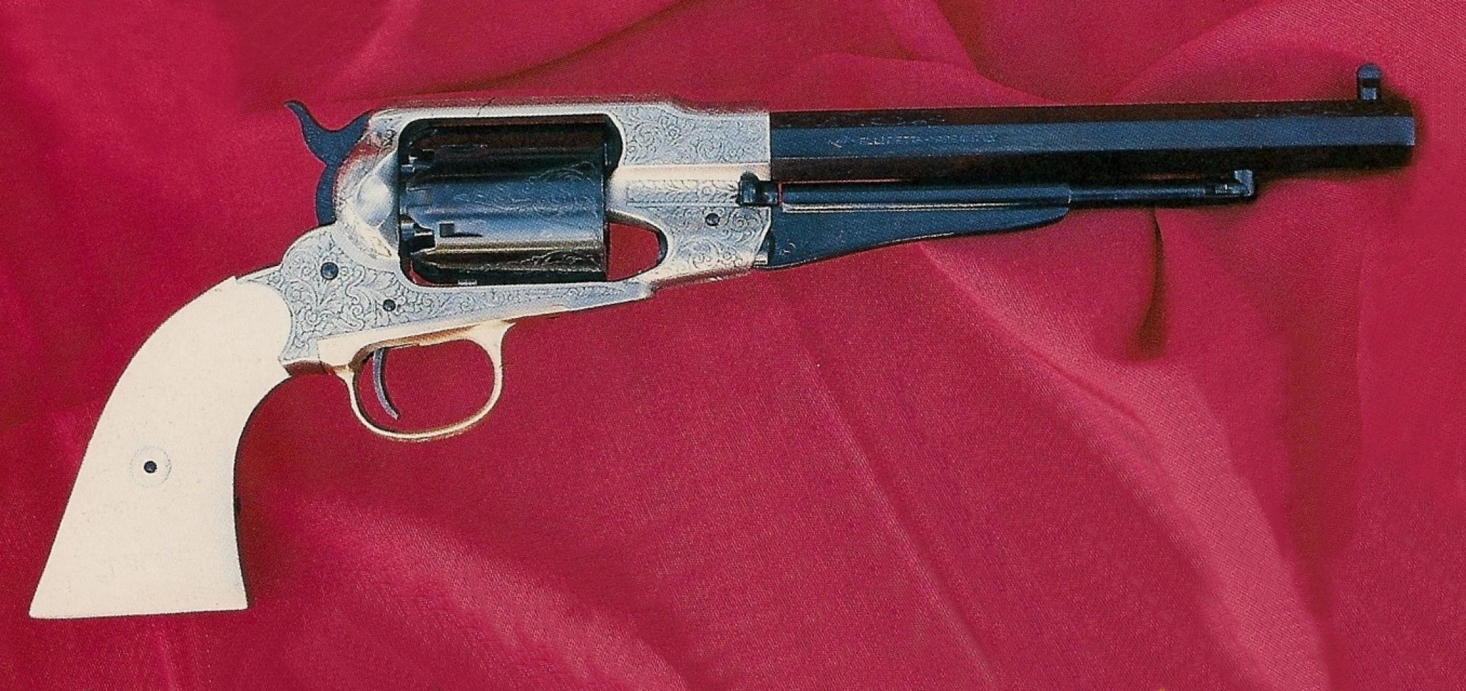 Cette version bicolore du revolver remington New Model Army est entièrement gravée en rinceaux, polie blanc au niveau de la carcasse, bronze sur le canon, le barillet et les différentes pièces du mécanisme.