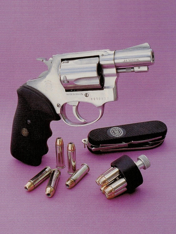 Le revolver Rossi modèle 87, à cinq coups en calibre .38 Special, est accompagné ici par un Speed-loader HKS n°36 et par un couteau pliant multi-usages Aïtor Police. L'utilisation de douilles nickelées élimine le risque de collage dans la chambre au moment de l'éjection.