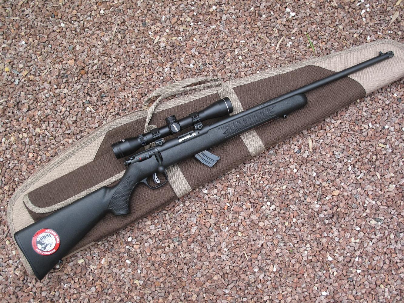 La carabine Savage Mark II de notre test, équipée de la lunette Walther ZF 4 x 32 fournie avec le kit promotionnel, accompagnée de ses colliers et embases de montage Weaver, d'une housse de transport et d'un modérateur de son.