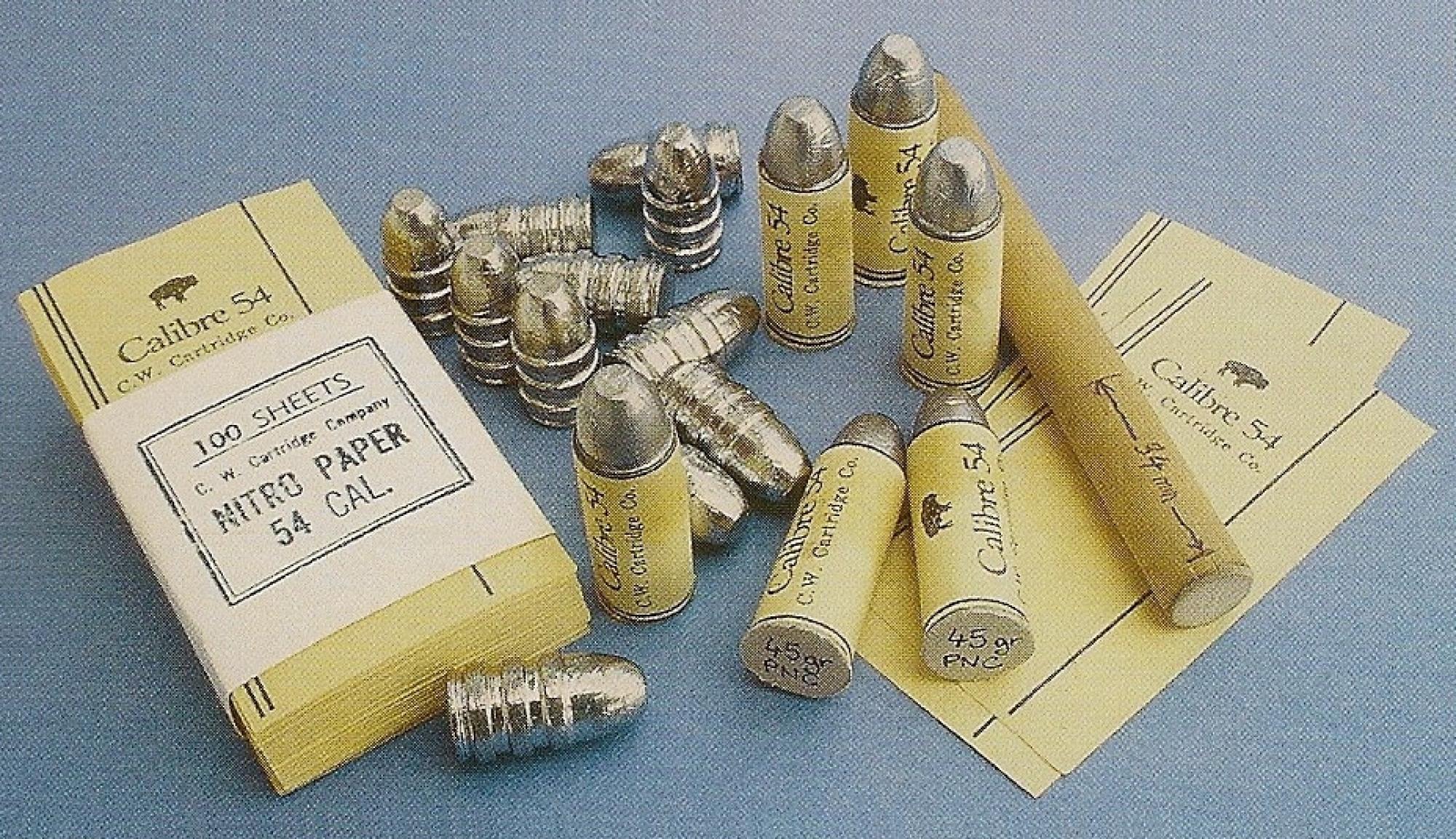 Cartouches combustibles fabriquées par nos soins en utilisant des balles coulées de 515 grains et des feuilles de papier nitraté.