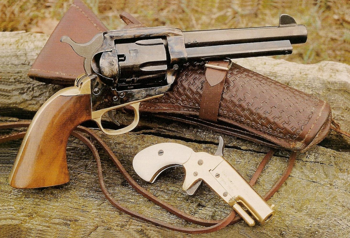 Le Colt 1873 de la maison italienne Adler est accompagné ici d'une autre « conversion rétrograde », celle du Colt Thuer 1875 fabriquée par la firme espagnole Ardesa.