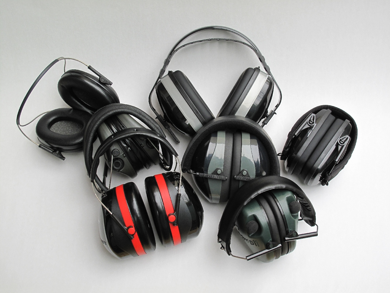 L'achat d'un serre-tête, désigné dans le langage courant par le terme de « casque anti-bruit », est indispensable à toute personne qui pratique le tir de façon régulière. Il en existe une grande variété qui se divisent en deux groupes principaux : les modèles passifs, plus ou moins linéaires et les modèles actifs, qui restituent, voire amplifient les sons de faible intensité grâce à un système électronique, lequel est instantanément coupé (en une minuscule fraction de seconde) dès lors qu'un bruit dépasse un certain seuil d'intensité.