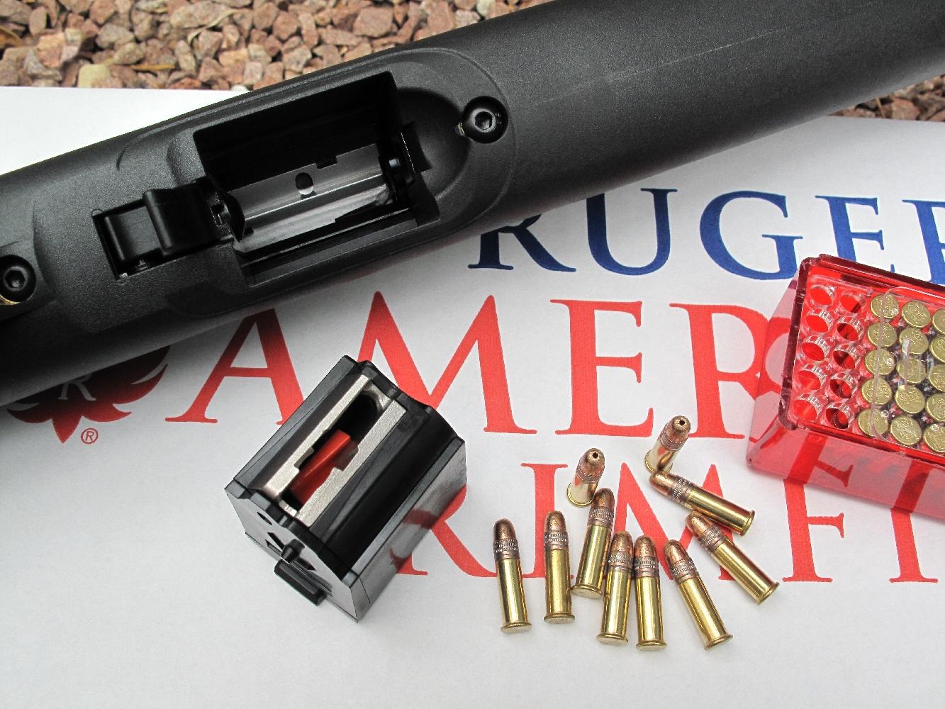 Son chargeur rotatif de dix coups, qui équipe la carabine Ruger modèle 10/22 depuis son lancement en 1964, est une incontestable réussite. Facile à alimenter, à introduire, à verrouiller et déverrouiller, sa remarquablement compacité lui permet de s'intégrer totalement au fût.