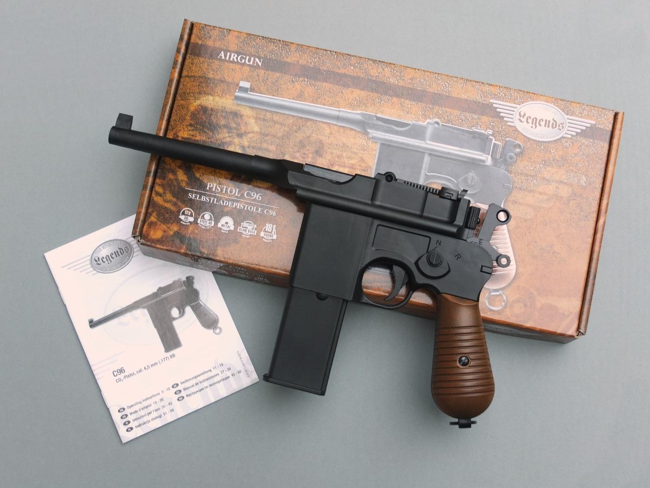 Ce pistolet à CO2, qui reprend avec beaucoup de rigueur l'aspect et les dimensions du Mauser C96, est en majeure partie construit en polymère, ce qui nuit à son réalisme, tant au niveau de son aspect noir un peu trop uniforme que de son poids nettement inférieur à celui du modèle original.