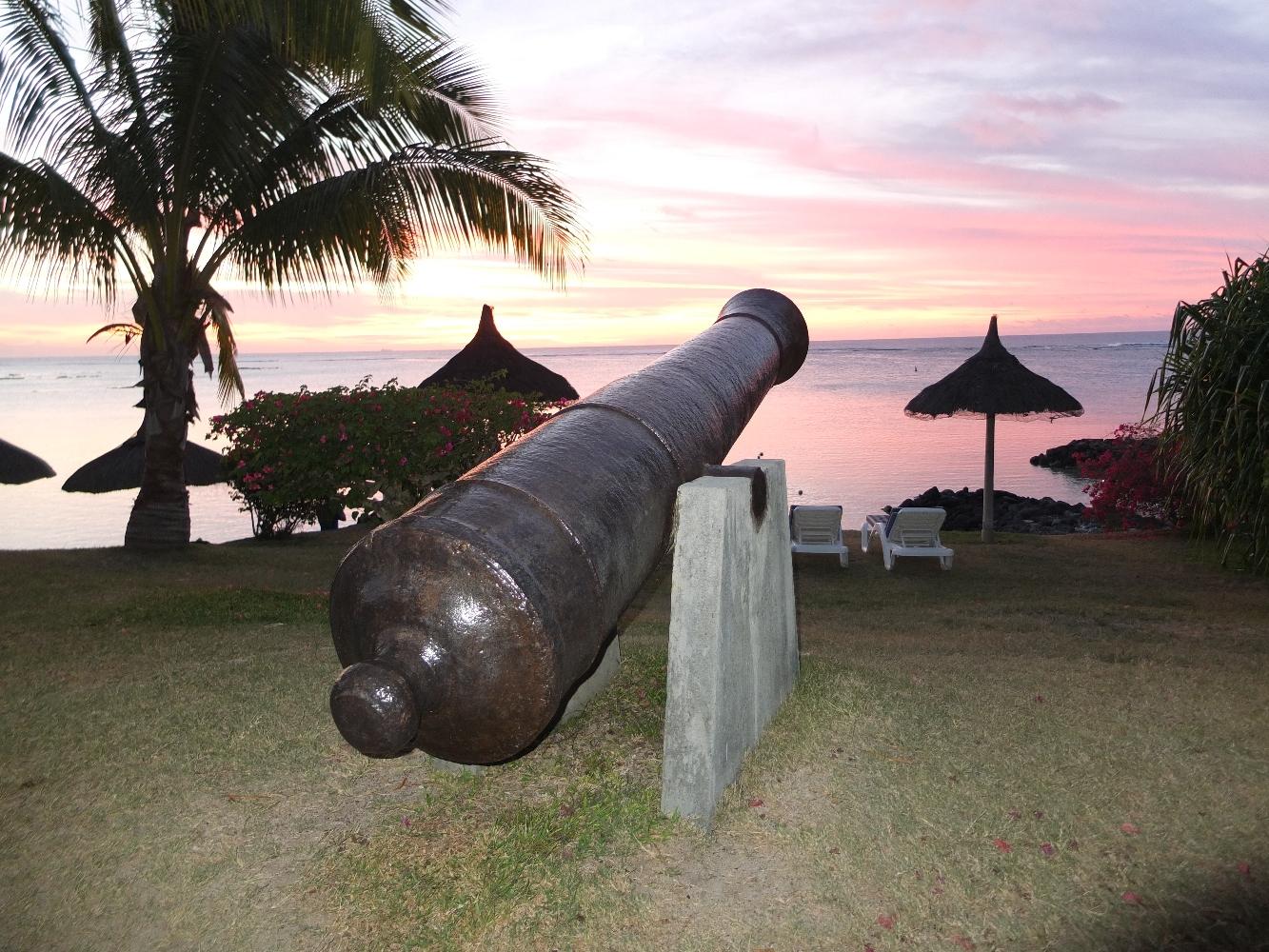 Plus de deux siècles sous les embruns marins n'ont pas eu raison de ces impressionnantes masses de fer qui mesurent plus de trois mètres de longueur et pèsent plus de trois tonnes…