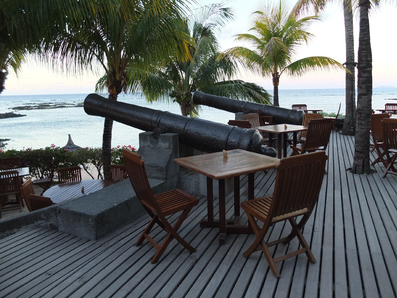 Deux canons de marine de 36 livres, installés sur la terrasse du restaurant « Le Navigateur » pointent fièrement en direction de la mer.
