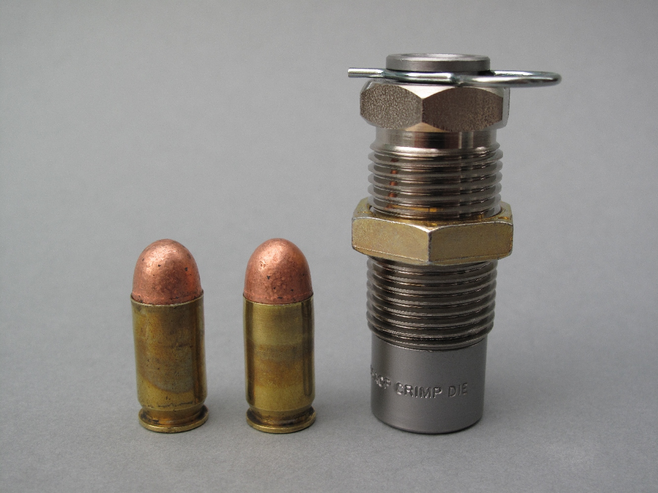 Appelée « Crimp die », « Factory crimp » ou bien encore « Carbide factory crimp die », la matrice de sertissage conique peut être utilisée comme quatrième outil pour le rechargement des cartouches à douille droite destinées aux armes de poing. Cet outil a une double fonction : il recalibre la cartouche terminée, supprimant les gonflements créés par l'introduction du projectile ; il permet, en resserrant les parois du collet, de sertir les balles démunies de gorge de sertissage. Nous avons utilisé ici un sertisseur conique de la marque américaine Dillon, qui présente la particularité de pouvoir aisément être démonté et nettoyé sans en modifier le réglage.