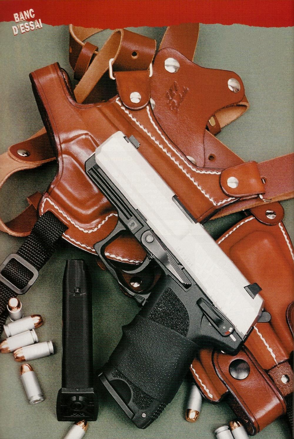 Le pistolet Heckler & Koch USP Compact, dans sa version bicolore chambrée en calibre .40 S & W, accompagné d'un ensemble d'épaule en cuir comprenant holster et porte-chargeurs réalisé par le français Jean-Marie Chardin.