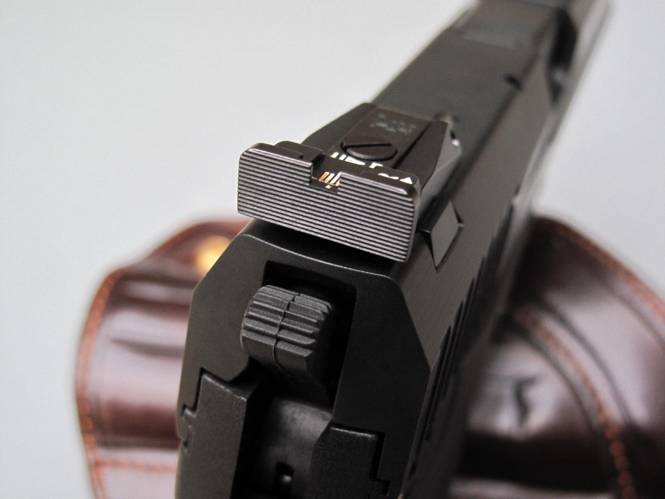 Le modèle USP Custom Sport dispose d'une hausse micrométrique, réglable en site et en azimut, qui présente une large visière rainurée afin d'éviter les reflets parasites.
