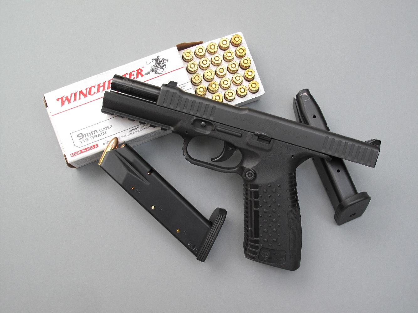 Ce pistolet fonctionne selon le principe de la culasse calée associée à un court recul du canon. Ce dernier reste constamment dans l'axe du tir, son calage assuré par un verrou indépendant à mouvement vertical.