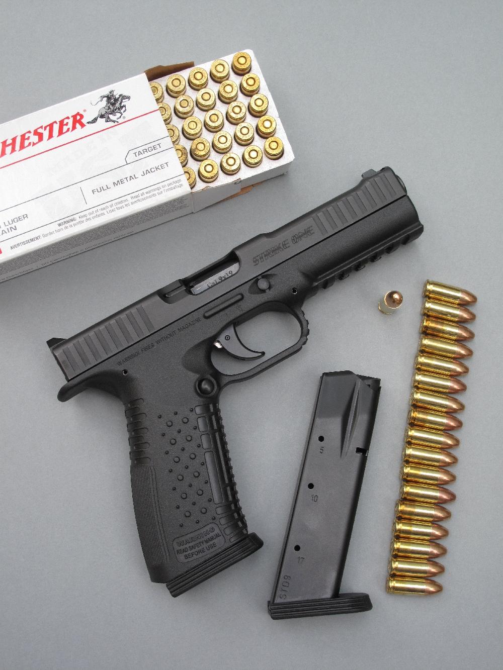 Dans sa version chambrée en calibre 9mm Parabellum, le pistolet AF1 « Strike One » est alimenté par des chargeurs en tôle d'une contenance de dix-sept cartouches.