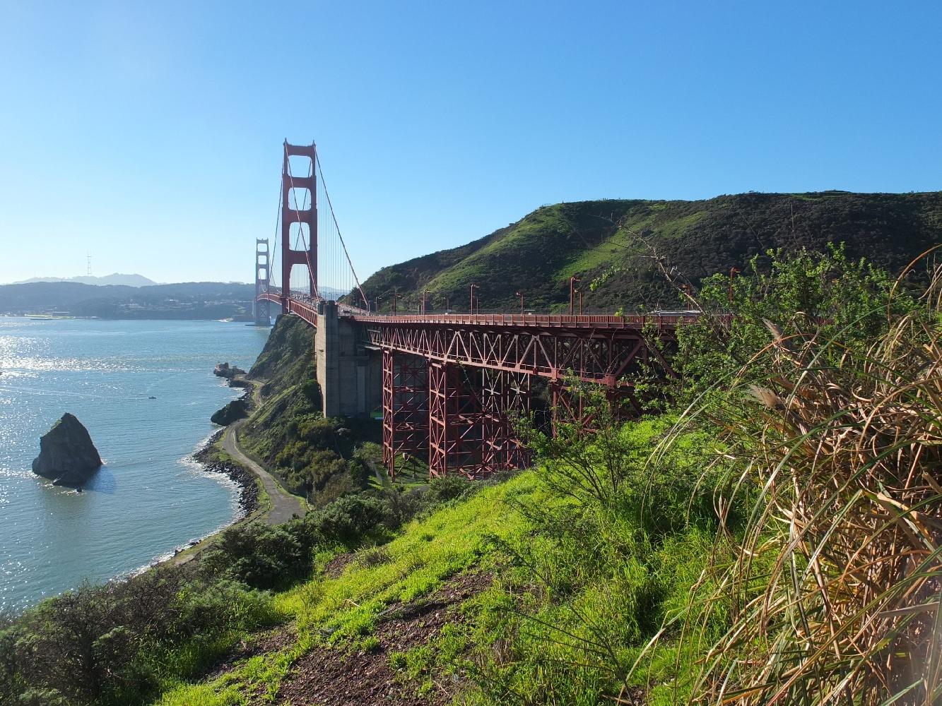 L'emblématique « Golden Gate Bridge », vu de la pointe nord du détroit du Golden Gate, cet étroit passage qui relie l'océan Pacifique à la baie de San Francisco.
