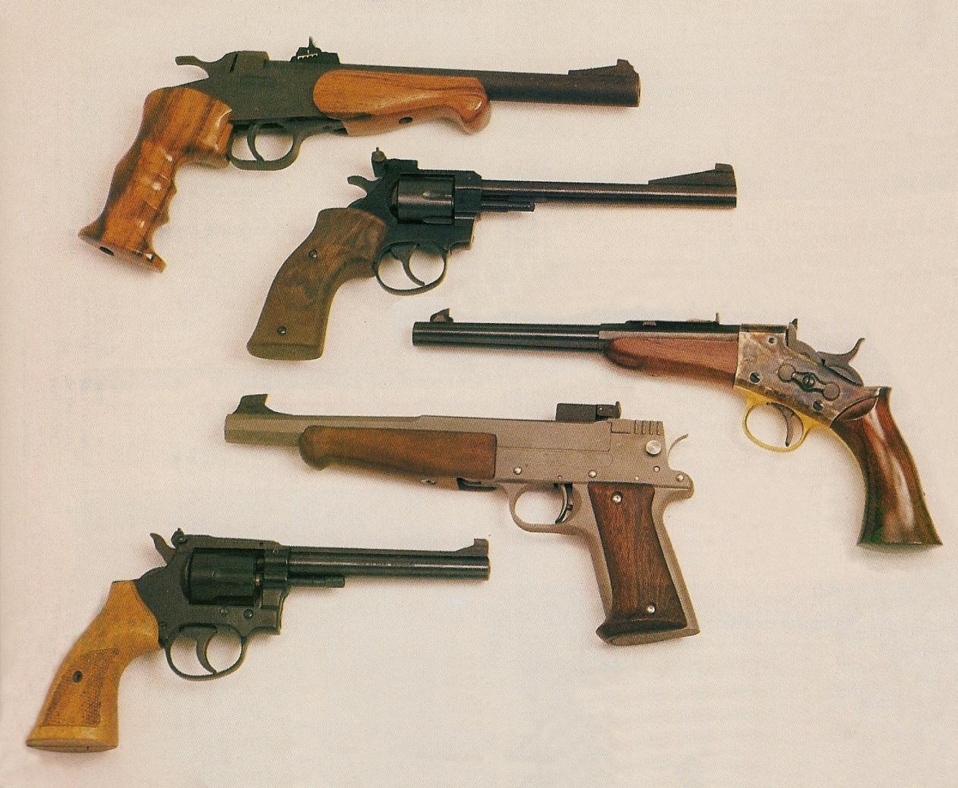 Le principal avantage des pistolets à un coup à percussion annulaire, chambrés en calibre .22 Long Rifle ou .22 Magnum, était constitué par le fait qu'ils pouvaient être librement achetés et détenus, de même que leurs munitions (leur transport était autorisé mais le port, en revanche était interdit).