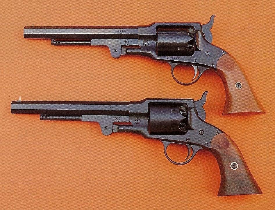 Comparaison entre la version standard Euroarms (en haut) et le modèle Target Pedersoli, qui diffère extérieurement par l'aspect satiné noir mat de son bronzage et la finition huilée mate de ses plaquettes de crosse en noyer sélectionné.