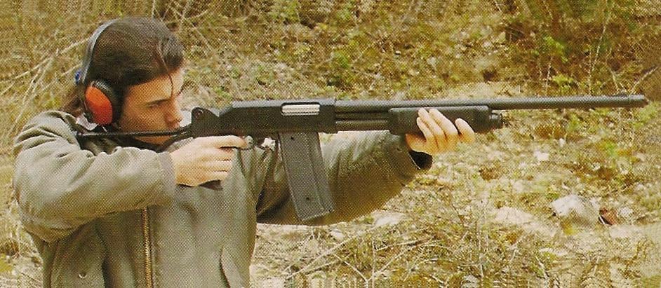 La poignée pistolet avec crosse squelette repliable proposée en option se révèle très pratique pour le transport (la crosse squelette fait office de poignée lorsqu'elle est verrouillée en position repliée) et pour le tir à la hanche.