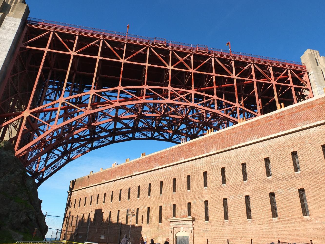 Les plans de construction du Golden Gate Bridge prévoyaient la démolition de Fort Point. Par bonheur, l'ingénieur en chef Joseph Strauss a reconnu la valeur architecturale du fort et dessiné tout spécialement une arche permettant au pont d'enjamber le fort sans le détruire.