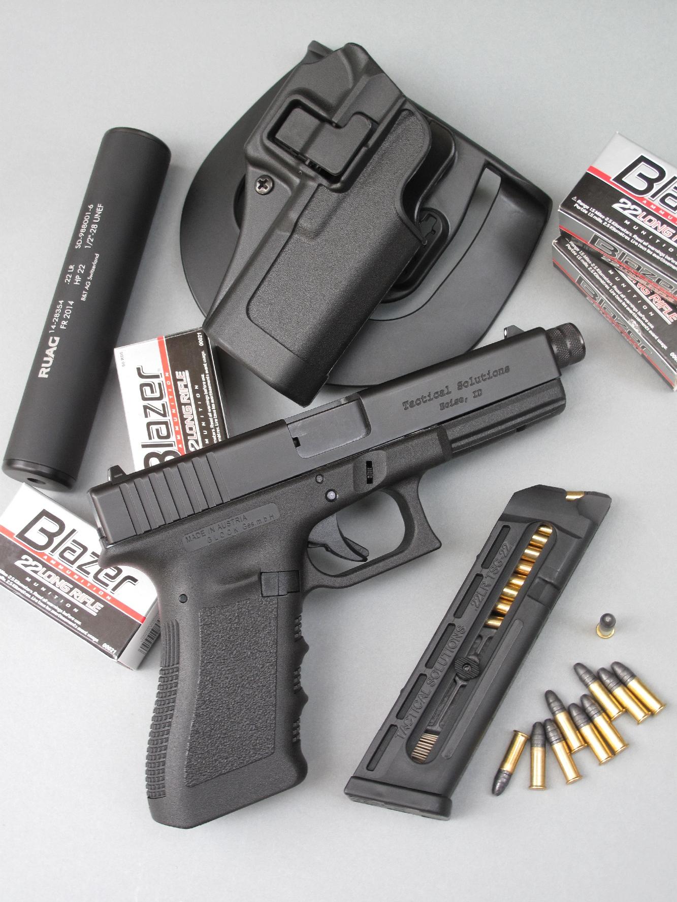 Le pistolet Glock 17 Gen 3 équipé de la conversion Tactical Solutions, accompagné par son chargeur de 15 coups (réduit à 10 coups sur l'exemplaire testé), par un silencieux de la firme helvétique Brügger & Thomet et un holster en fibre de carbone, avec sa plateforme paddle, modèle Serpa Concealment de la firme américaine Blackhawk.