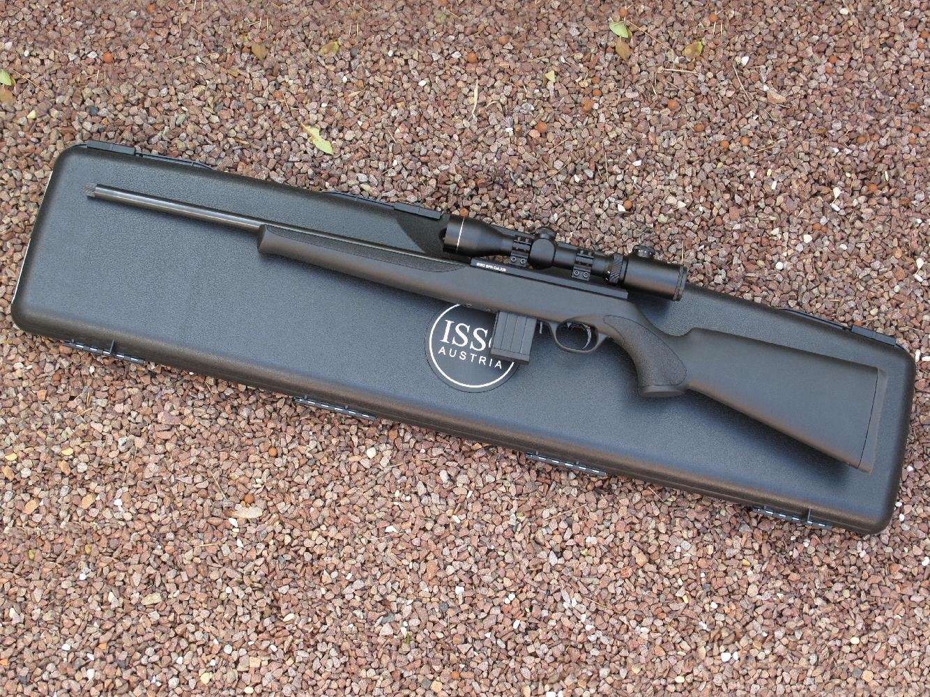 La carabine ISSC SPA est proposée en plusieurs versions et plusieurs calibres. Celle que nous avons testée, chambrée en calibre .22 Long Rifle, est équipée d'une monture d'aspect classique, avec poignée pistolet et fût à mi-longueur du canon, dont la réalisation fait appel à des matériaux modernes, en l'occurrence un polycarbonate de couleur noire.