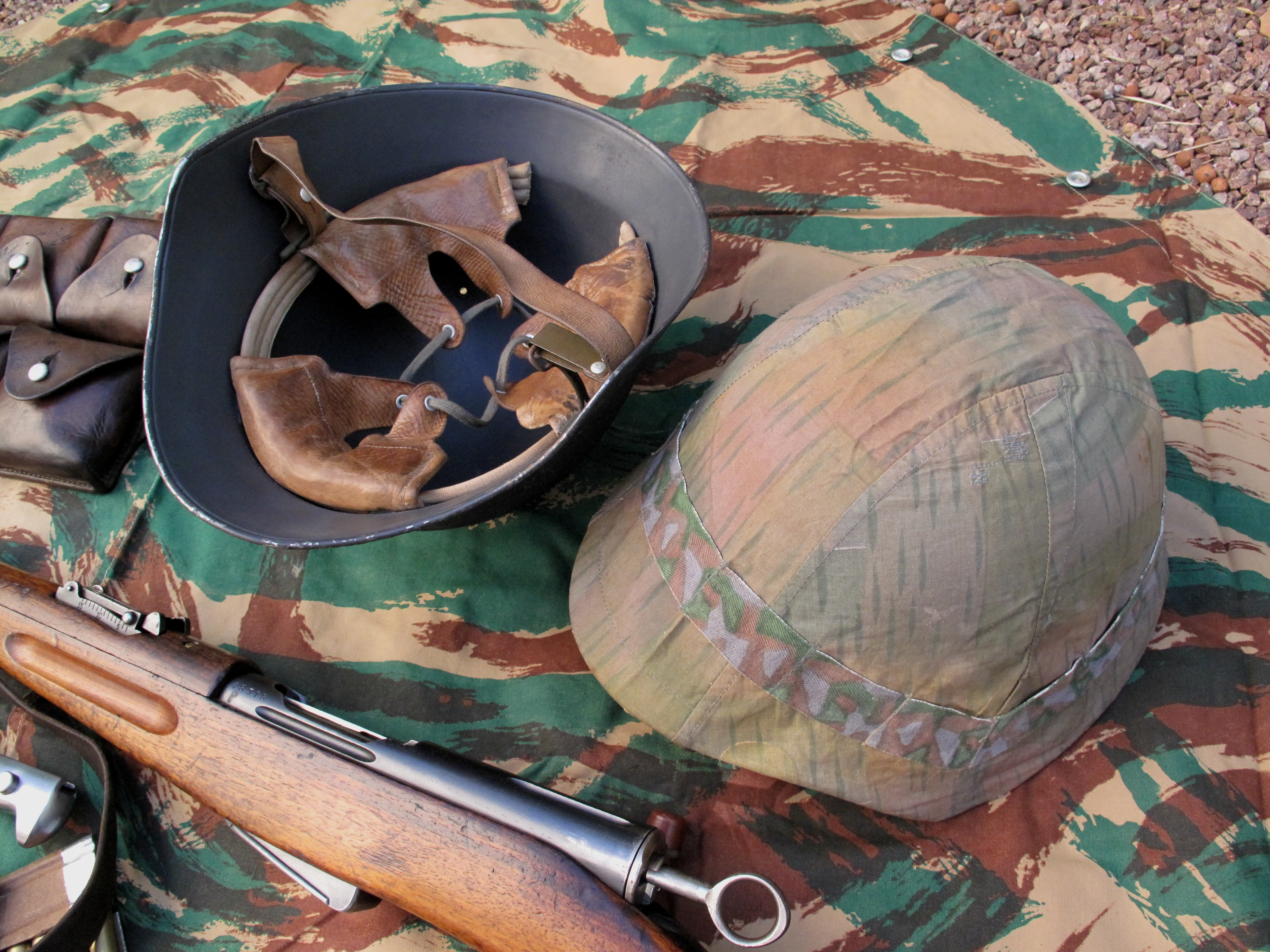 Le casque modèle 18/40 (adopté en 1918, modifié en 1940), est bien conçu et très bien réalisé, à l'image de tout l'équipement de l'armée helvétique. Il se démarque par sa visière allongée, sa peinture extérieure noire mate granuleuse (mélangée à de la sciure de bois) et son couvre-casque en tissu réversible qui lui offre deux types de camouflage.