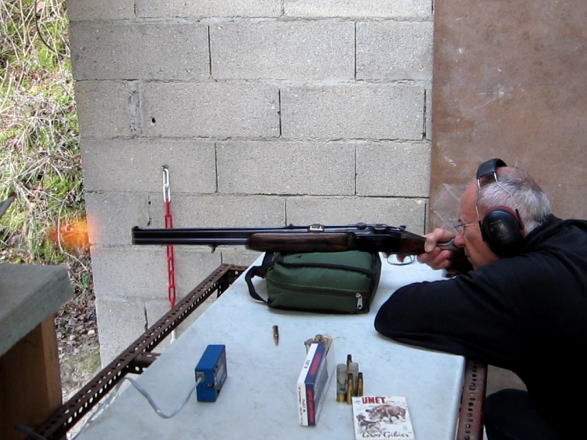 Tir réalisé sur appui : on notera la flamme à la bouche du canon rayé.