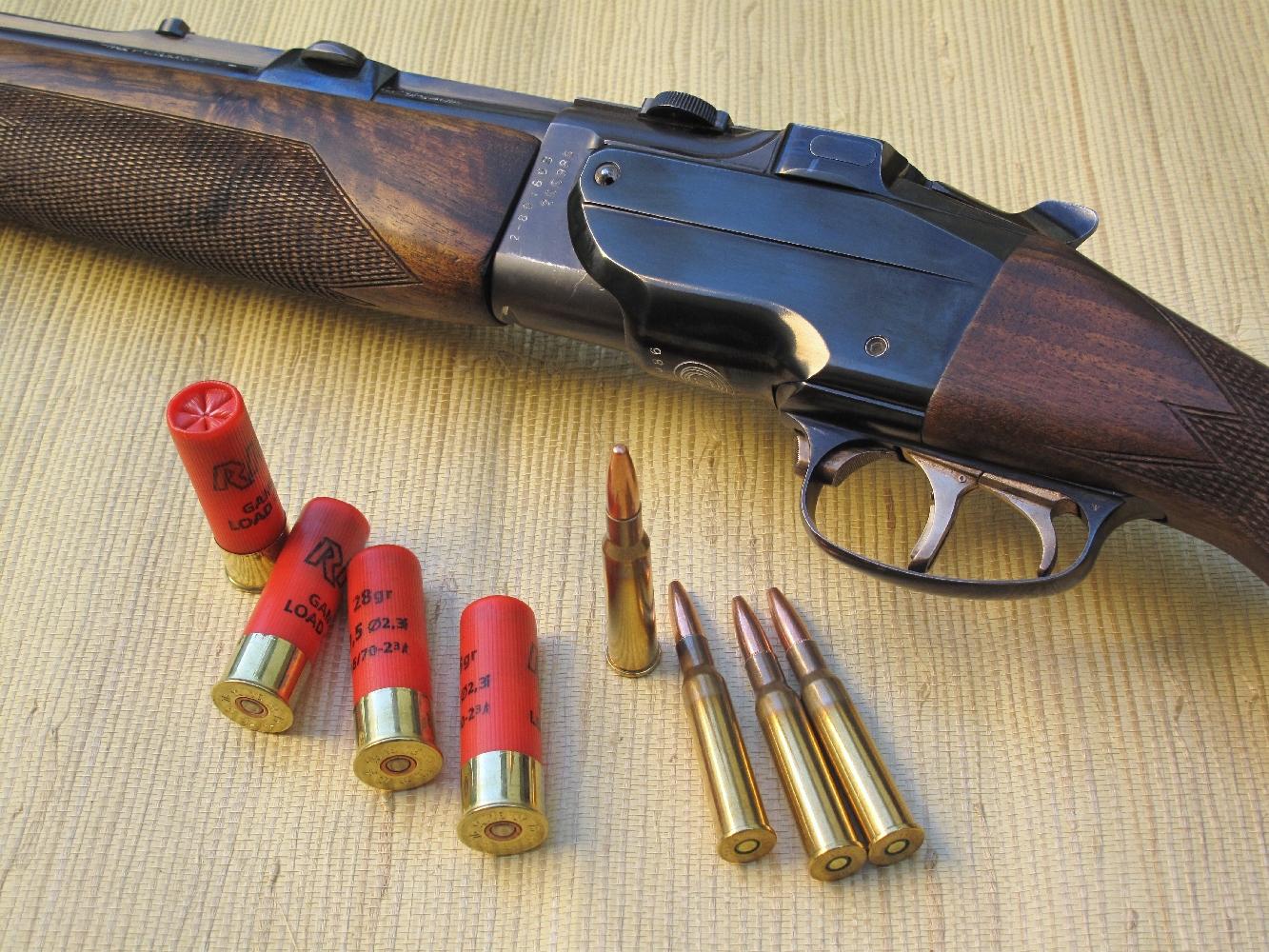 Une fois approvisionné, ce fusil permet de tirer indifféremment une cartouche à balle de calibre 7x57R ou une cartouche à grenaille de calibre 16. Il suffit de ne pas se tromper de queue de détente…