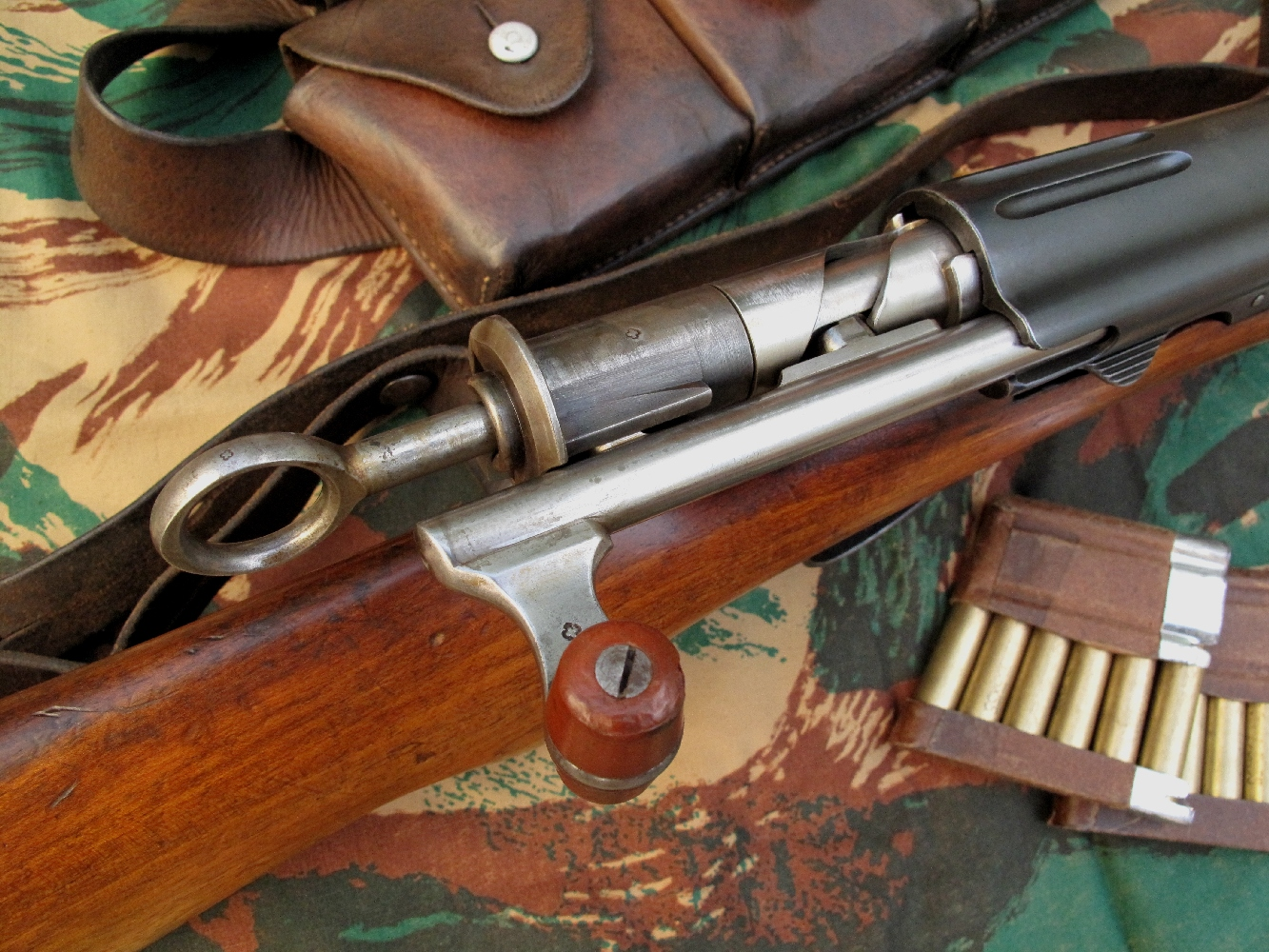 Les fusils d'ordonnance suisse Schmidt-Rubin se démarquent par leur exceptionnelle qualité de fabrication et leur système à répétition commandé au moyen d'une culasse à mouvement rectiligne particulièrement facile et rapide à manœuvrer.