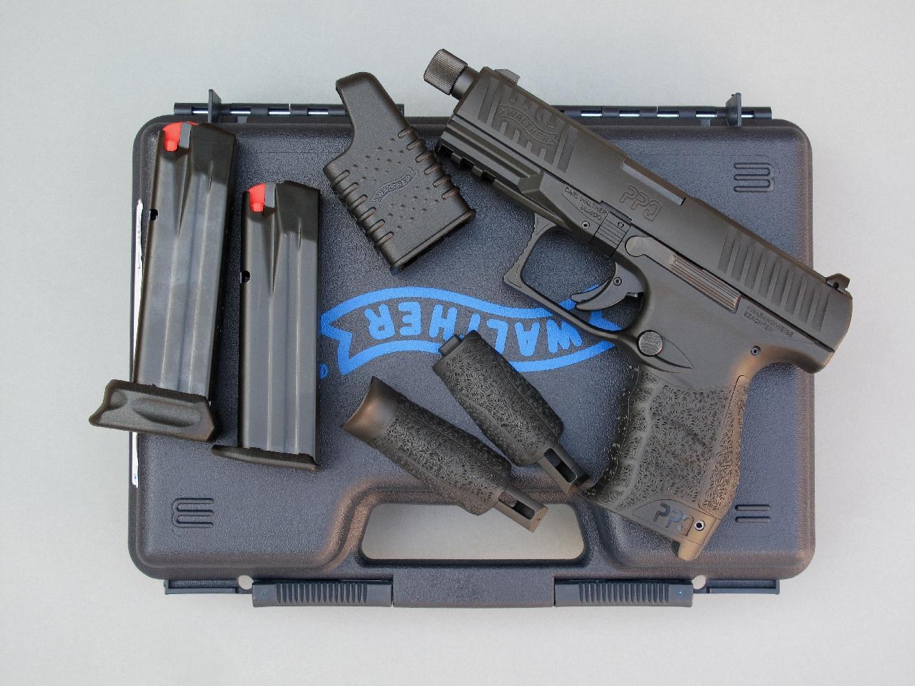 L'arme est livrée dans une mallette de transport, accompagnée par deux chargeurs (15 et 17 coups), une chargette et des dos interchangeables permettant de moduler la poignée en fonction de la morphologie de l'utilisateur.
