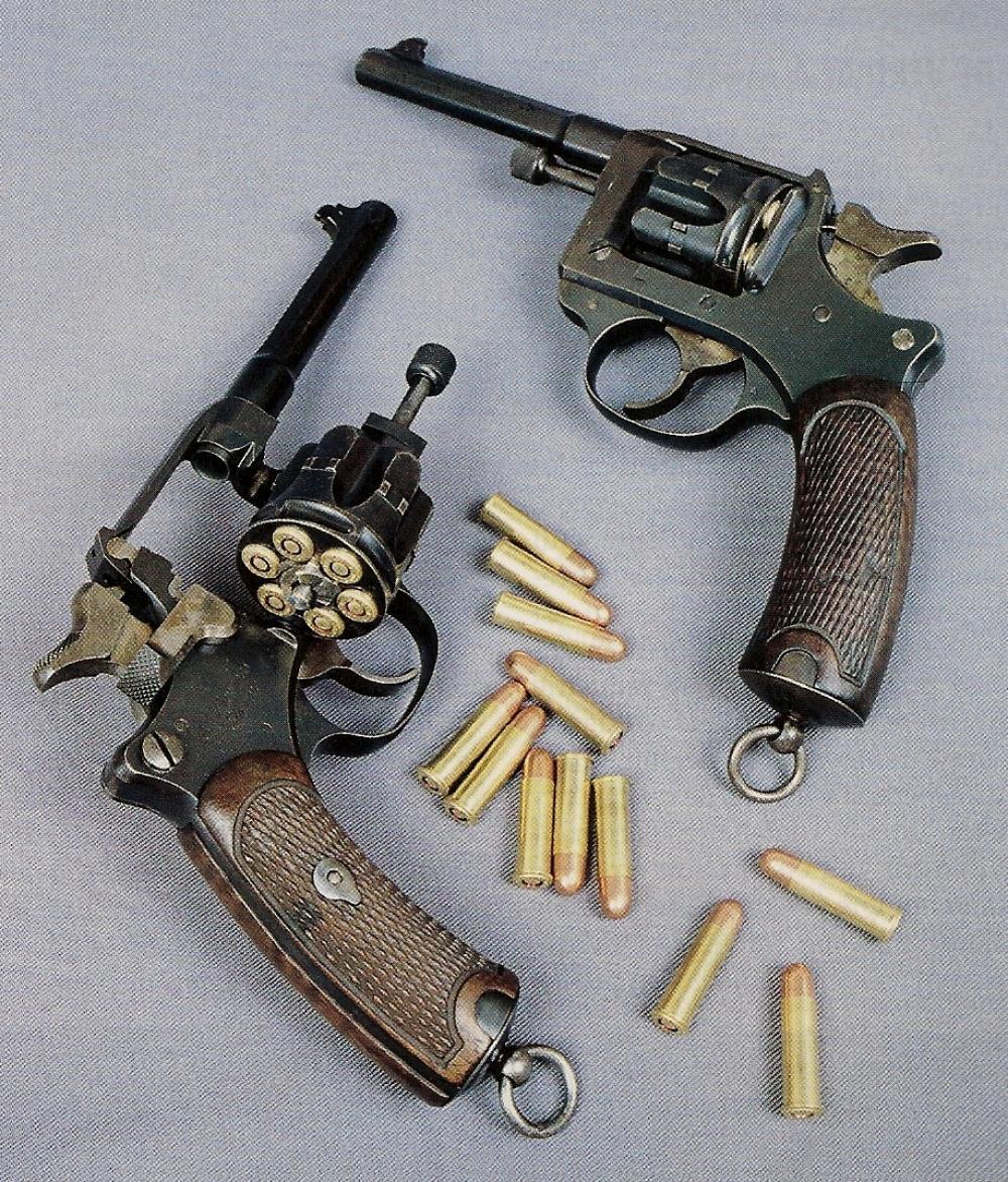 Deux exemplaires du revolver réglementaire français modèle 1892, fabriqués l'un en 1894 et l'autre en 1901.