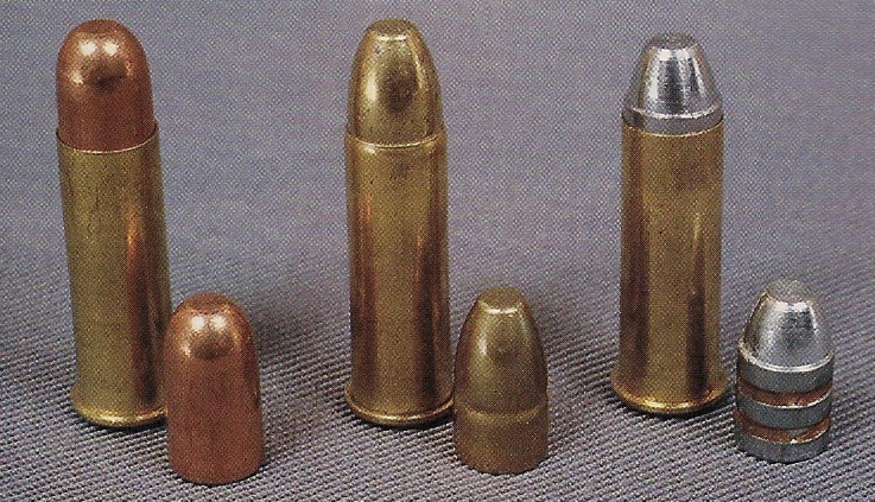 Les différents projectiles utilisés pour nos rechargements, de gauche à droite : balle blindée Gévelot de 122 grains, dont la forme est très proche de celle des munitions réglementaires d'époque ; balle blindée Fiocchi de 110 grains ; balle en plomb coulé et graissé de 105 grains.