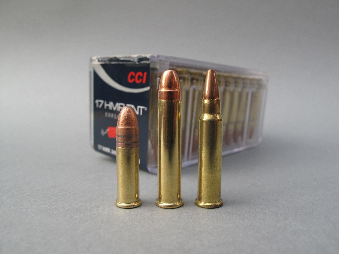 Comparaison entre les trois différentes munitions à percussion annulaire pour lesquelles la carabine ISSC SPA peut être chambrée, de gauche à droite : .22 Long Rifle, .22 Magnum et .17 HMR.