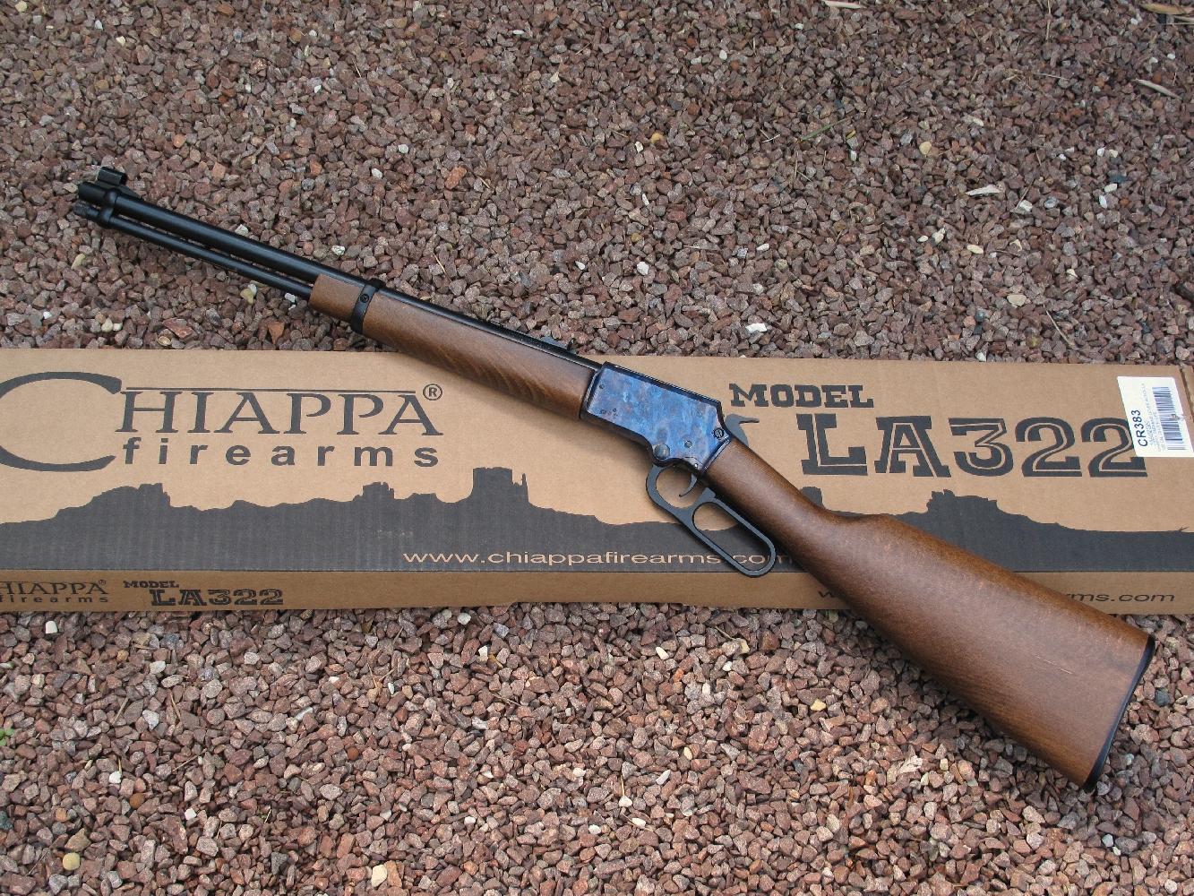 Avec sa monture en hêtre au vernis satiné et son boîtier de culasse dont la peinture imite avec un très grand réalisme l'acier jaspé des anciennes carabines Winchester, la carabine Chiappa présente un aspect très avantageux.