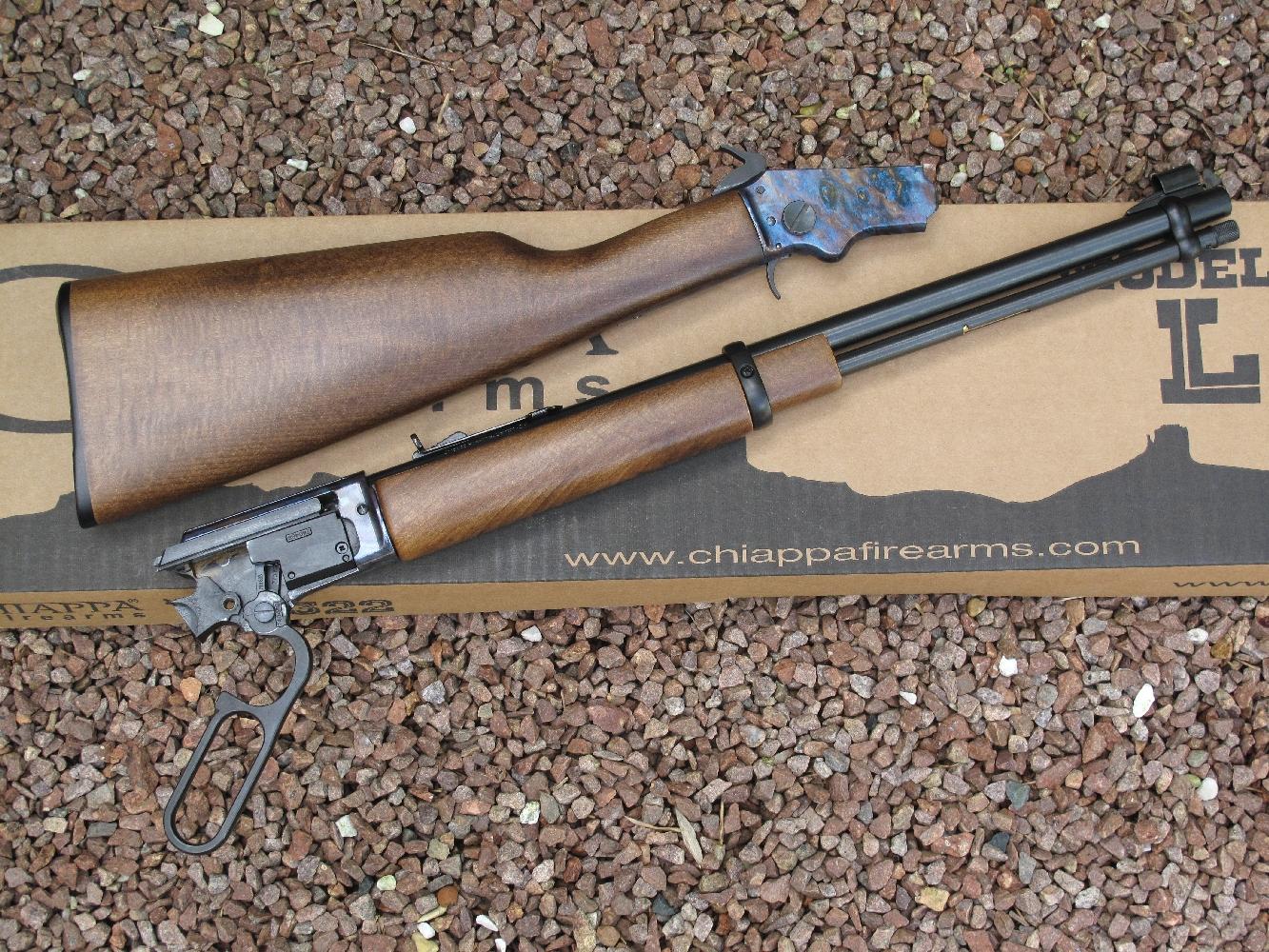 La carabine Chiappa LA322 se démarque par son système Take Down, qui permet de la démonter instantanément et sans outil en deux parties pour en faciliter le transport bien entendu, mais aussi le nettoyage, ce qui n'est pas négligeable.