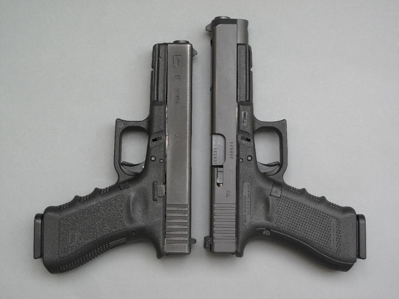 Cette comparaison entre le G34 Gen4 et un G17 Gen3 permet de mettre en évidence les différences dimensionnelles, dues à l'allongement de la glissière et du canon, de même que la texture antidérapante par picots de type RTF3 dont disposent les flancs de la poignée du G34.